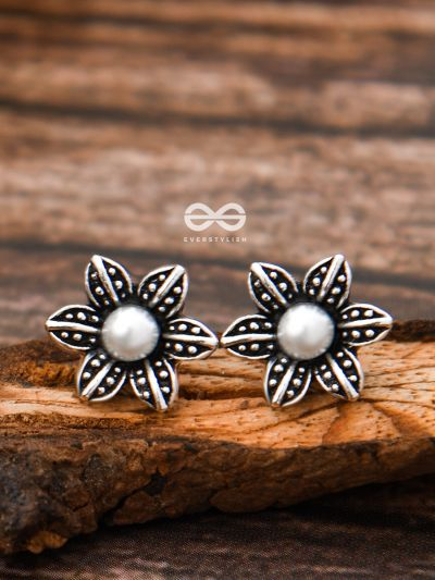The Little Pearly Flowers - Tiny Trinket Earrings